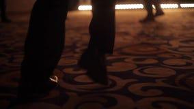 Bebouwd beeld van mensen` s voeten die op een vloer dansen stock video