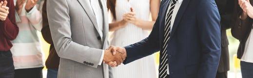 Bebouwd Beeld van Succesvolle Zakenlieden die handen samen schudden stock foto