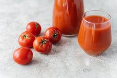 Bebouwd beeld van tomaten en tomatesap op witte achtergrond Voedsel en Dieetconcept Verfrissende drank Rode verse rauwe groenten stock afbeeldingen