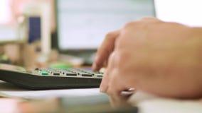 Bebouwd beeld van zakenman die calculator in bureau gebruiken stock video