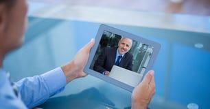 Bebouwd beeld van zakenman die videovraag met collega op tabletpc hebben stock afbeeldingen
