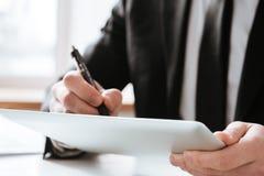 Bebouwd beeld van zakenman het schrijven nota's royalty-vrije stock afbeelding