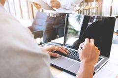 Bebouwd beeld van zakenman het werken met laptop op een kantoor stock foto