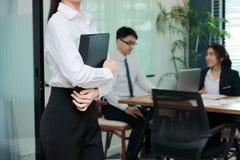 Bebouwd beeld van zekere jonge Aziatische onderneemster die zich in modern bureau bevinden Leidings bedrijfsvrouwenconcept royalty-vrije stock fotografie
