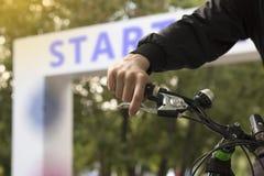 Bebouwd schot van de jonge mens op de fiets op het beginpunt van het het cirkelen ras royalty-vrije stock foto's