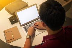 Bebouwd schot van een jonge mens die van huis werken die laptop compu gebruiken royalty-vrije stock afbeelding