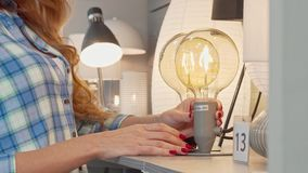 Bebouwd schot van een vrouwelijke klant die lamp op verkoop onderzoeken bij meubilairopslag stock footage