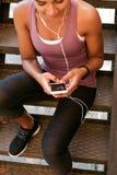 Bebouwd schot van het texting bericht van de sportenvrouw Stock Afbeeldingen