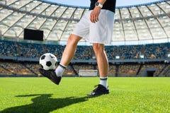 bebouwd schot van voetballer stuiterende bal royalty-vrije stock afbeeldingen