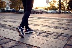 Bebouwd schot van vrouw het lopen op zebrapad bij stadsstraat Stad, royalty-vrije stock afbeelding