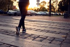 Bebouwd schot van vrouw het lopen op zebrapad bij stadsstraat Stad, royalty-vrije stock fotografie