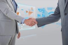 Bebouwde beeld bedrijfsmensen die handdruk met interfacegrafiek doen op achtergrond Royalty-vrije Stock Foto's