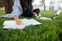 Bebouwde foto die van studentenmeisje in vrijetijdskleding, verslagen binnen bijhouden Stock Fotografie
