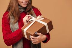 Bebouwde foto van jonge donkerbruine vrouw in de winterkleren het houden Stock Afbeelding
