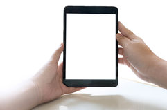 Bebouwde geschotene mening die van vrouwen` s handen tablet met spatie houden Stock Foto's
