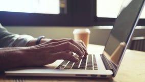 Bebouwde handen van zakenman die laptop in cafetaria met behulp van stock videobeelden