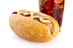 Bebouwde hotdog met mosterd en ketchup op wit met Stock Fotografie
