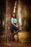 Bebouwde mening van het mooie jonge vrouw lopen in bos stock afbeeldingen