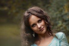 Bebouwde mening van het mooie jonge vrouw lopen in bos royalty-vrije stock afbeelding