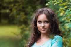 Bebouwde mening van het mooie jonge vrouw lopen in bos royalty-vrije stock fotografie