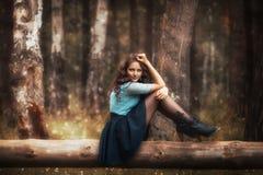 Bebouwde mening van het mooie jonge vrouw lopen in bos stock foto's