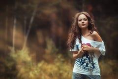 Bebouwde mening van het mooie jonge vrouw lopen in bos royalty-vrije stock foto's