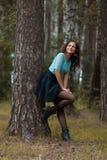 Bebouwde mening van het mooie jonge vrouw lopen in bos stock fotografie