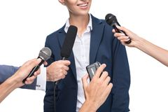 bebouwde mening van journalisten met microfoons en registreertoestel die glimlachende onderneemster interviewen, Stock Afbeelding