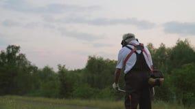 Bebouwde mening van mannelijke tuinman in proces om in park te werken stock videobeelden