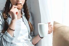 bebouwde mening van meisje die koekje eten royalty-vrije stock afbeelding
