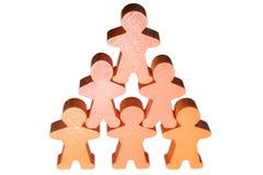 Bebouwde piramide van houten mannetjes als teken van bevordering in carrière stock afbeelding