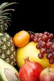 Bebouwde verticale mening van vele kleurrijke vruchten op zwarte met bezinning Stock Afbeeldingen