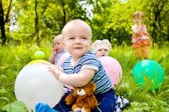Bebés con los globos Foto de archivo