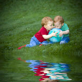 Bebés en hierba Imagen de archivo