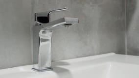 Bec de robinet de salle de bains d'égoutture clips vidéos