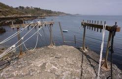 Bec du Nez, borde del embarcadero con las cuerdas y la escalera del amarre, vista de la costa, bahía y santo Peter Port Fort, Guer Imagen de archivo