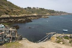 Bec du Nez, pots de homard et vue de côte et de Fermaine aboient, Guernesey. Photographie stock libre de droits