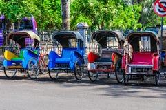 Becak colorido, transporte local típico adentro a solas, Indonesia Fotos de archivo