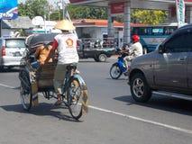 Becak e tráfego na cidade Imagens de Stock Royalty Free