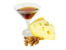 Becher alkoholisches Getränk mit Käse und Muttern Lizenzfreie Stockfotos