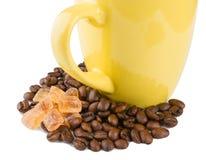 Becher auf Röstkaffee mit Zucker Stockbilder