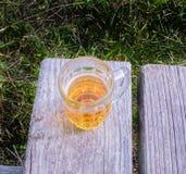 Becher Bier auf einer Bank Lizenzfreie Stockfotos
