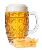 Becher Bier mit Schaum und Stapel des Kartoffelchipisolats Stockfotos