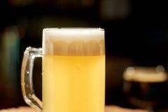 Becher Bier mit Schaumgummi lizenzfreies stockfoto