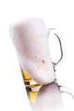 Becher Bier mit Schaumgummi stockfotografie