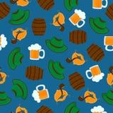 Becher Bier mit Schaumgummi Gr?ner Hut M?nnliche B?rte und Schnurrbart Getrennt auf wei?em Hintergrund Nahtloses Muster Oktoberfe stock abbildung