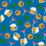 Becher Bier mit Schaumgummi Wurstgrill auf einer Gabel Gr?ner Hut Traditionelles deutsches Geb?ck Nationale Nahrung zu Oktoberfes lizenzfreie abbildung