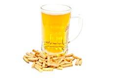 Becher Bier und Chips lizenzfreies stockbild