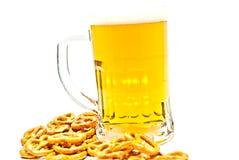 Becher Bier und einige Cracker lizenzfreie stockbilder