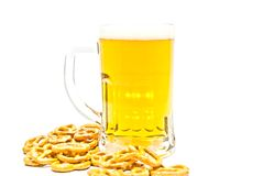 Becher Bier und einige gesalzene Cracker lizenzfreie stockbilder
